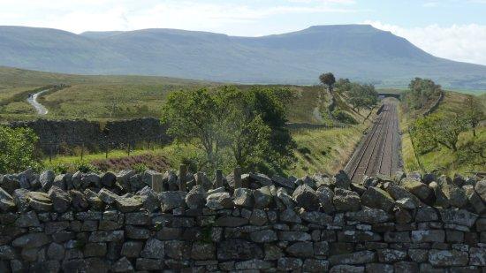 Ingleton, UK: Aqueduct is between walls, access track seen on left,ingleborough behind