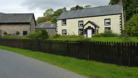 Lancaster, UK: Attractive roadside  farmhouse on way to Trough