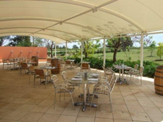Lovedale, أستراليا: Alfresco Dining with Vineyard Views
