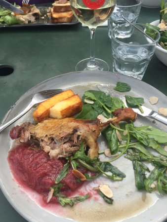 Wahgunyah, Australia: Whoops - took a few mouthfuls prior to photo! This was the duck accompanied with rhubarb.
