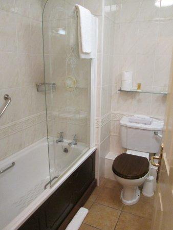 The Central Hotel - Donegal: Badewanne/Duschecke, WC
