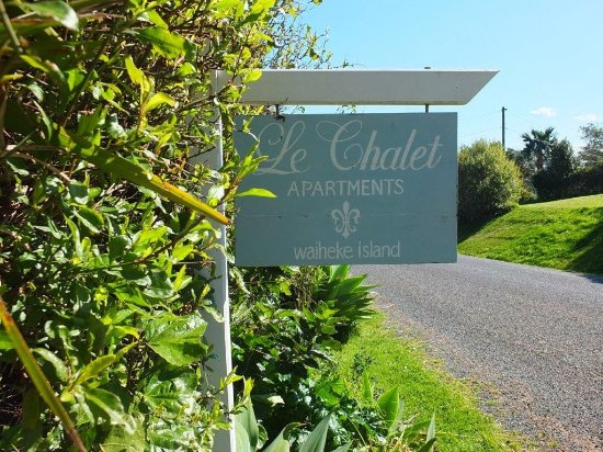 Le Chalet Waiheke Apartments: Roadside sign