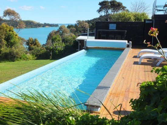 Le Chalet Waiheke Apartments: Shared Pool and deck
