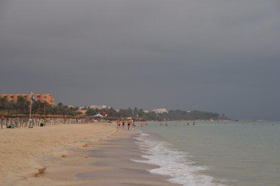 Marhaba Club Hotel : Панорама пляжа влево от отеля