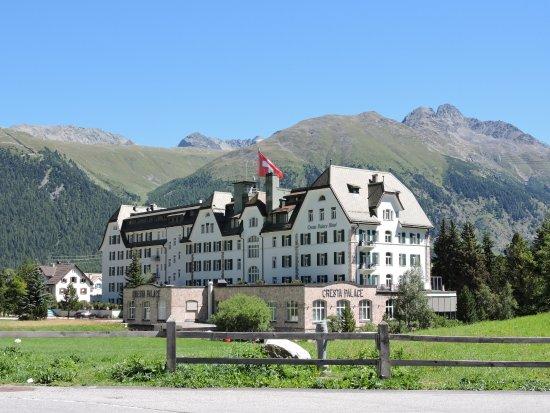 Celerina, Szwajcaria: Rückseite des Hotels mit Sicht gegen Piz Muragl