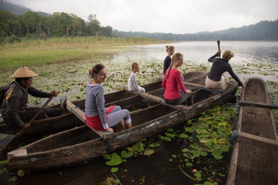 Gobleg, Indonezja: Canoe trip at Tamblingan lake