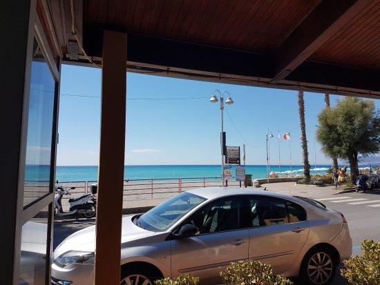 Vallecrosia, Italia: la vue mer depuis le restaurants regarder bien la couleur de l'eau.....
