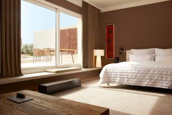 Le Meridien Barcelona : Step inside our beautiful Mediterranean Suite boasting a spacious terrace with city views.
