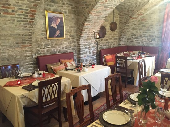 Hotel Castello di Sinio: indoor breakfast set up