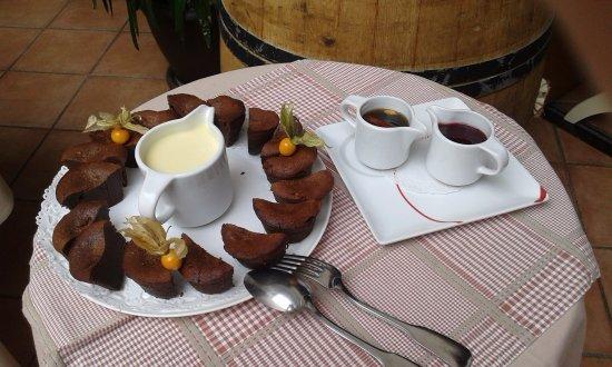 Haute-Savoie, Frankrike: dessert chocolat coulis de framboise ou crème anglaise