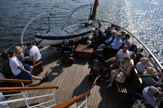 Bowness-on-Windermere, UK: Ample room for everyone under the sunny sky, or inside