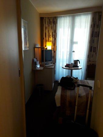 Mercure Budapest Korona Hotel: habitación pequeña y poco luminosa