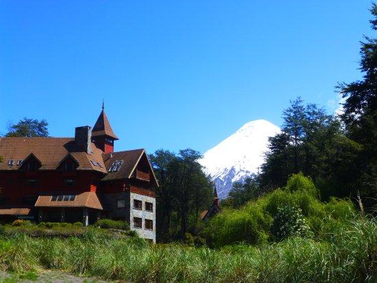 Petrohue Lodge: Vue extérieure + volcan Osorno