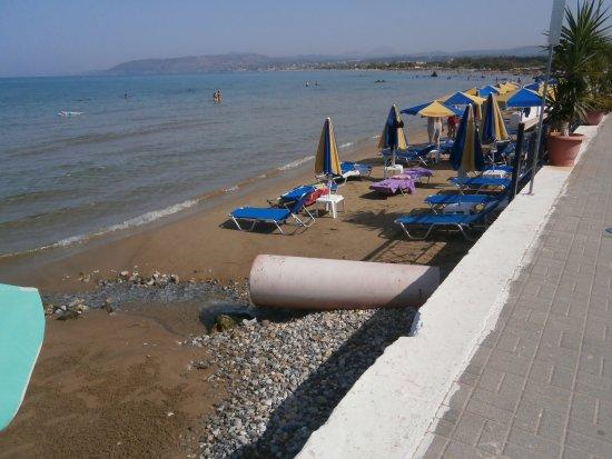 Creta, Grecia: avec certitude ,c'est un égout qui se déverse sur cette partie de plage,vu l'odeur nauséabonde