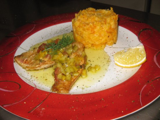 Quetteville, Prancis: Filets de rouget Barbet, sauce vierge accompagnés de sa purée de carottes