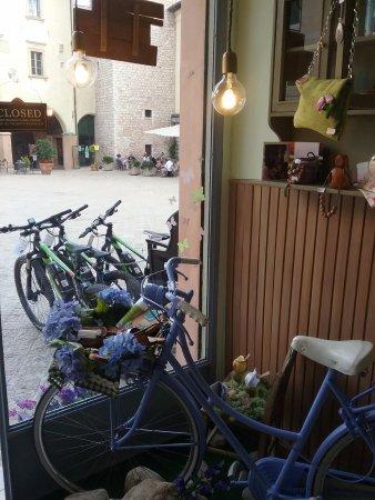 Trevi, Italia: La nostra vetrina... sulla splendida Piazza Mazzini