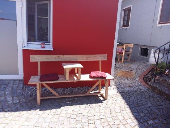 Golling an der Erlauf, Österreich: In unserem liebevoll gestalteten Gastgarten - dies ist unsere Hausbank- haben ca.25 Gäste Platz