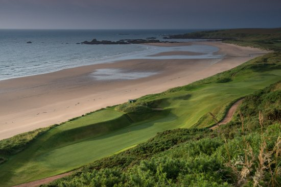 Cruden Bay (Port Erroll), UK: The famous bath tub green - 14th hole