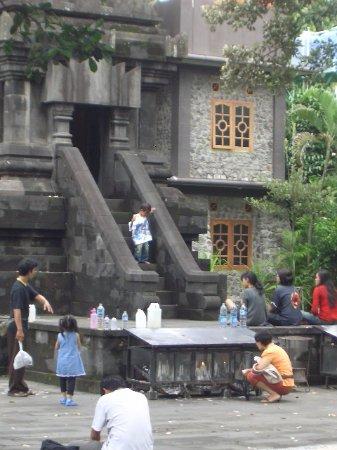 Bantul, Indonezja: Di depan candi.
