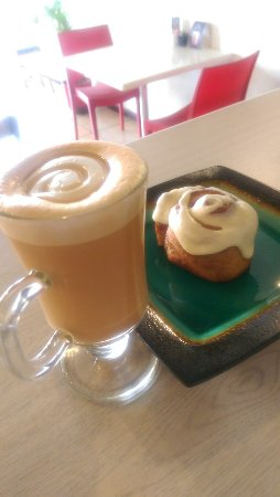 Durbanville, Sydafrika: Red Chai Latte with Cinnabun.