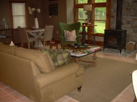 The Getaway Inn at Cooper's Woods: Dining area in the morning and reading or visiting with Friends afterwards.