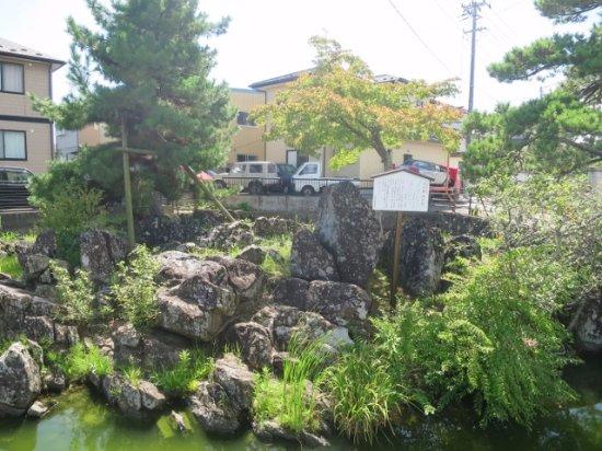 Tagajo, Japon : 池のなかにあります