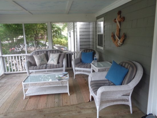 Bella Vita Spa + Suites: Screened in porch