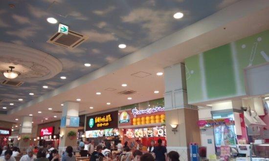 Higashiura-cho, Japan: 店舗の真ん中に位置しています