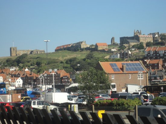 Pickering, UK: Can just see the Church and Abbey on the hill as we go in