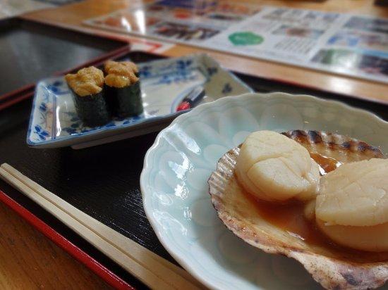 Rishirifuji-cho, Jepang: ウニ軍艦と焼きホタテ