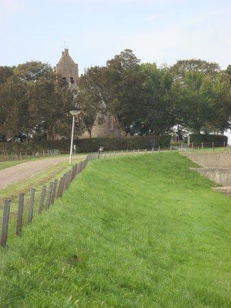 De kerk op de terp van Hegebeintum