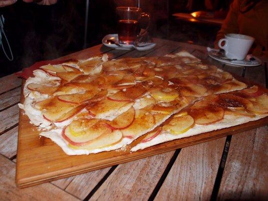 Kirchheim, Germania: Flambierter Apfelflammkuchen