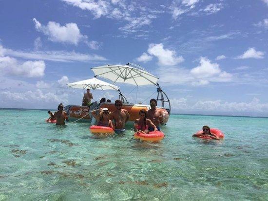 Saint Francois, Guadeloupe: Les pieds dans l'eau à bord du DONUTS BBQ BOAT au milieu du lagon de Saint-François