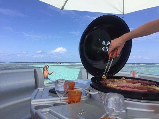 Saint Francois, Guadeloupe: Grillades à bord du DONUTS BBQ BOAT au milieu du lagon de Saint-François