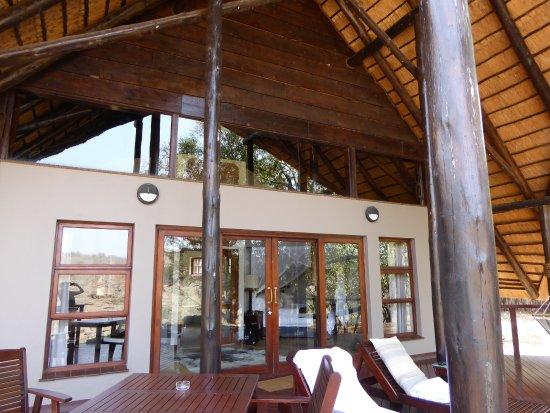 Pongola, แอฟริกาใต้: la terrasse depuis laquelle on observe leskoudous qui viennent boire et les impalas qui broutent