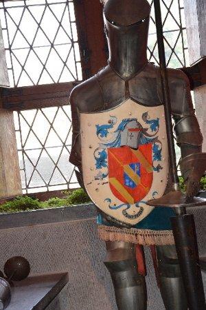 Le Château de Chimay : Armure avec les écussons des propriétaires ...