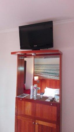 Hotel Placa de la Font: TV is installed a bit too high