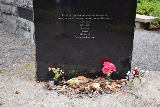 Oregon Holocaust Memorial: flowers