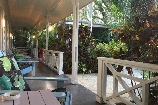 Trupial Inn: een lekker zitje onder het afdak met uitzicht op de planten