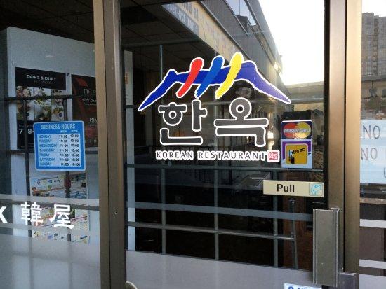 Burnaby, Kanada: Entrance to restaurant, business hours.