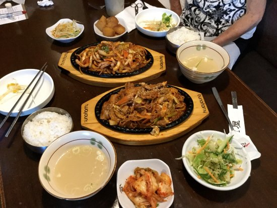 Burnaby, Canadá: Pour meal - main dishes, banchan, and side dishes of rice and soup.