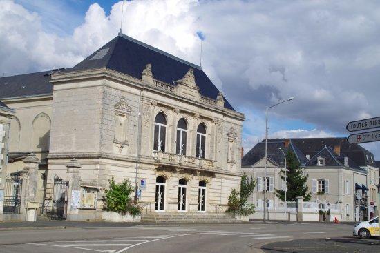 En arrière plan proche du théatre sur la place centrale de Thouars.