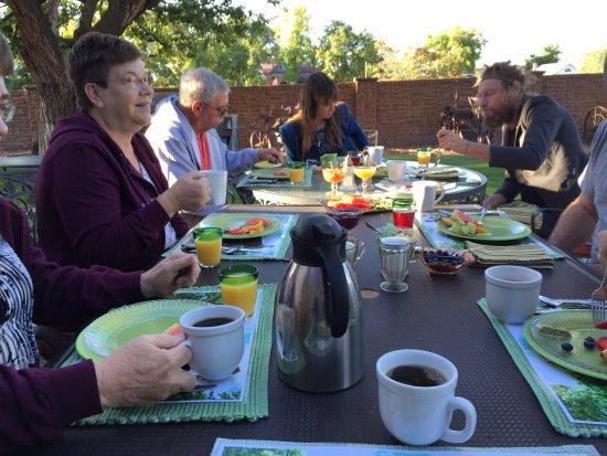 Purple Sage Inn: Breakfast outside