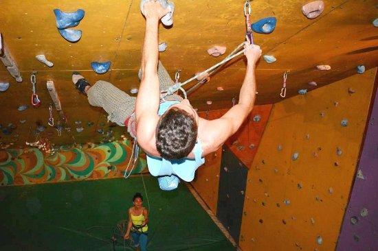 Turrialba, Costa Rica: Anímate a probar los extraplomos en Altitude, donde además de escalar hacemos amigos!