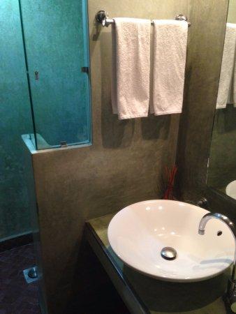 L'Heure d'Ete: ducha y baño