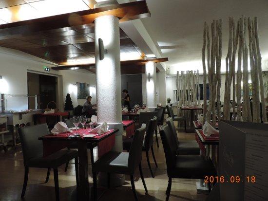 Luxeuil-les-Bains, Francia: Salle à manger avec séparation fantaisistes - plus jolie avec des clients