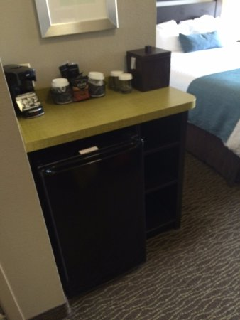 Riverwind Hotel: 3rd floor rooms have a small bar area w/ coffee pot and a small refrigerator ( mini freezer insi