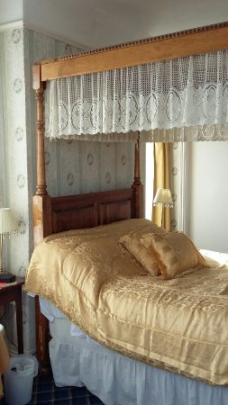 Royal Hotel: Four poster room and sea view