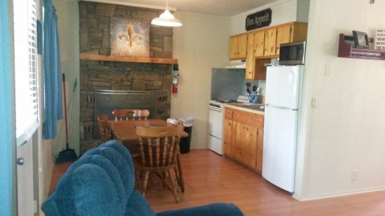 Royal, AR: 1 Bedroom cabin kitchenette