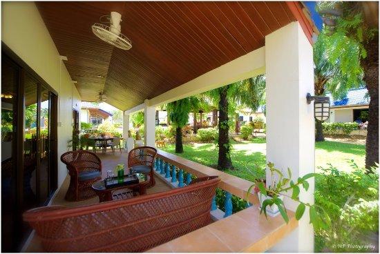 La Grande Terrasse sur Jardin Tropical, Coins Repas et Salon ...